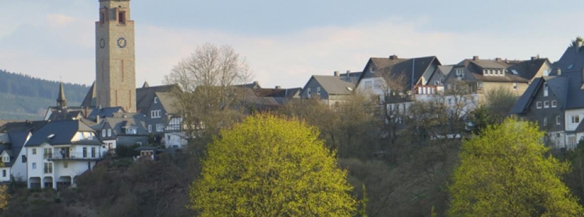 Blick aus dem Lennetal auf die Kernstadt Schmallenberg