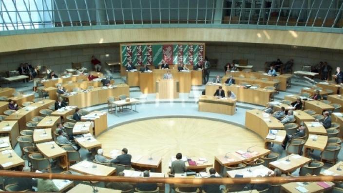Blick in den Plenarsaal des Landtags in Düsseldorf; eine Aufnahme von unserem letzten Besuch im Jahr 2002